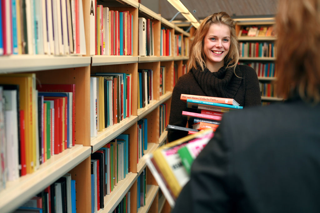 Kvinna i bibliotek